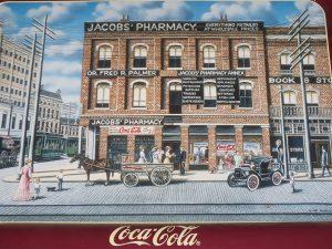 Farmacia Jabobs´ en una bandeja de Merchandising de Coca Cola